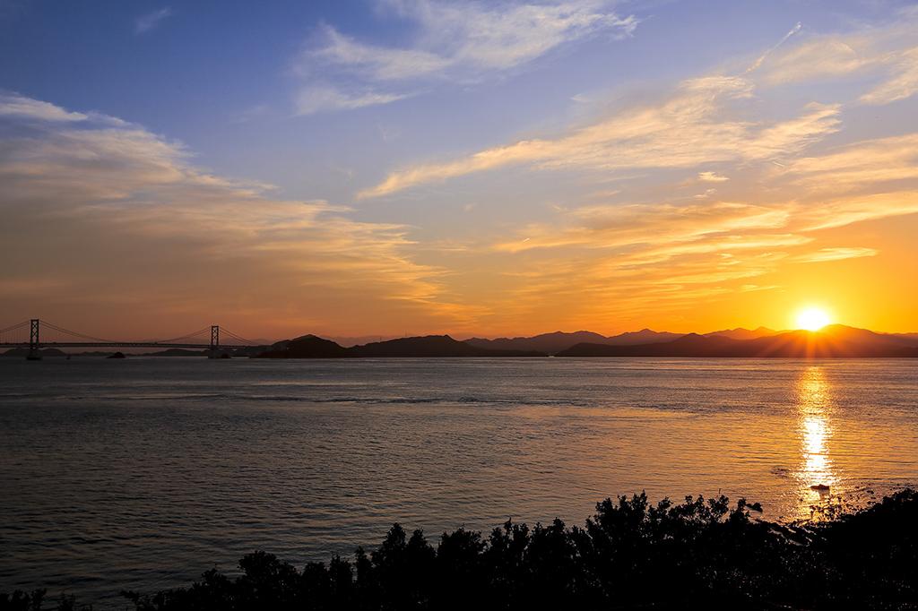 鳴門海峡を眺めながら、 優雅にクリュッグとサンセットを愉しむ